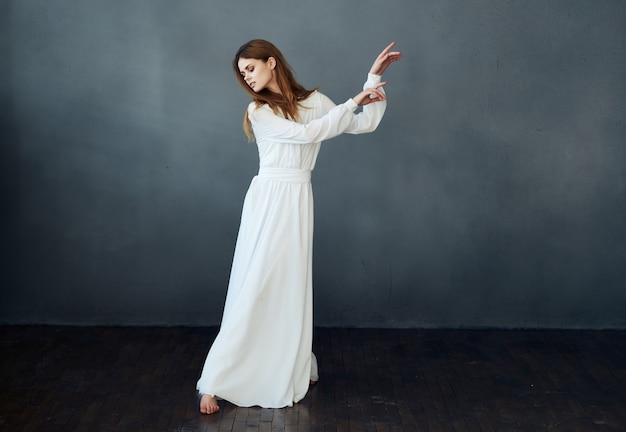 하얀 드레스를 입은 쾌활한 예쁜 여자 우아한 스타일의 댄스 공연