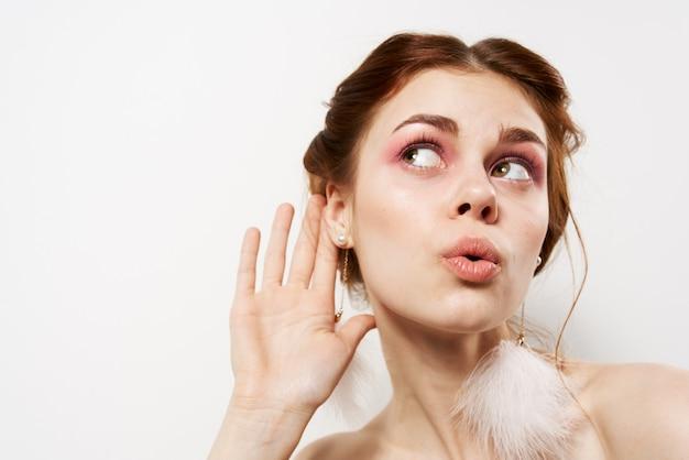 陽気なきれいな女性の裸の肩の化粧品は、肌の装飾の感情をきれいにします。