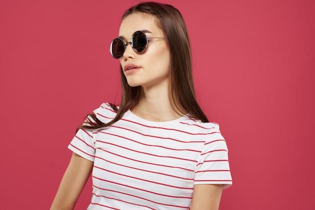 선글라스 스트라이프 티셔츠 패션 현대적인 스타일을 입고 쾌활한 예쁜 여자