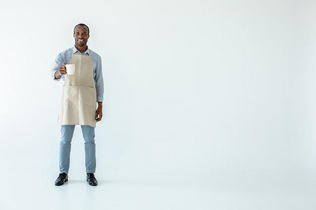 Веселый профессиональный афро-американский мужчина