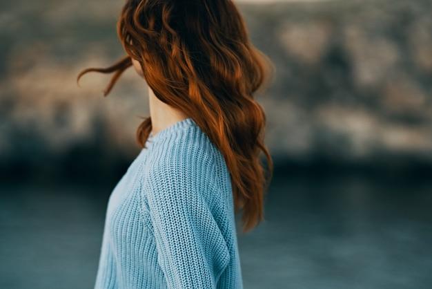야외에서 자유의 본질을 즐기는 쾌활한 red-haired 여자. 고품질 사진