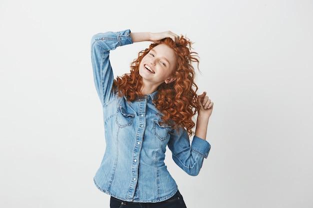 Веселая рыжая девушка улыбается. копировать пространство