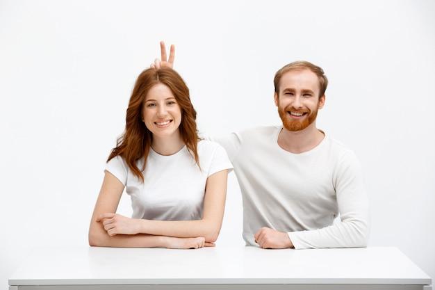 陽気な赤毛の女性と男性の笑顔