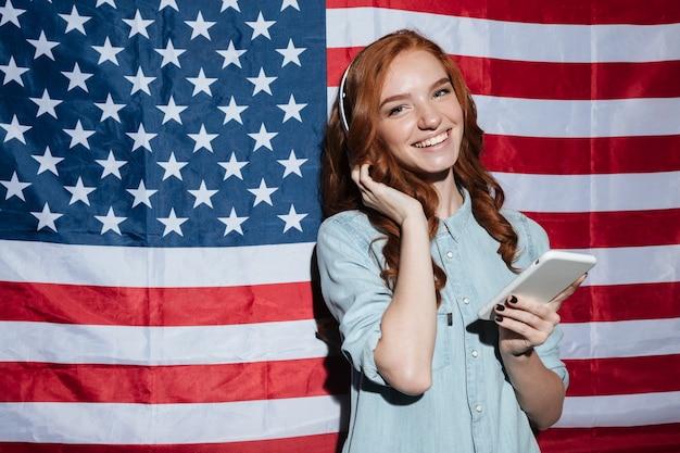 音楽を聴くとチャット陽気な赤毛の若い女性