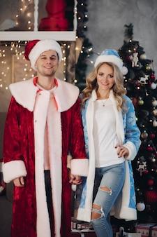 新年のロシアの伝統的な衣装で陽気なロマンチックなカップル