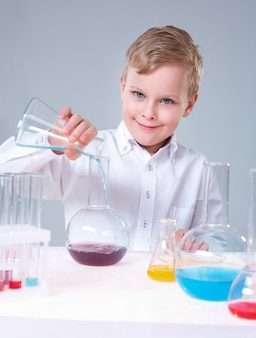 Scolaro allegro in classe chimica