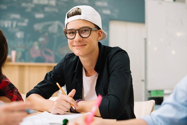 教室で陽気な少年