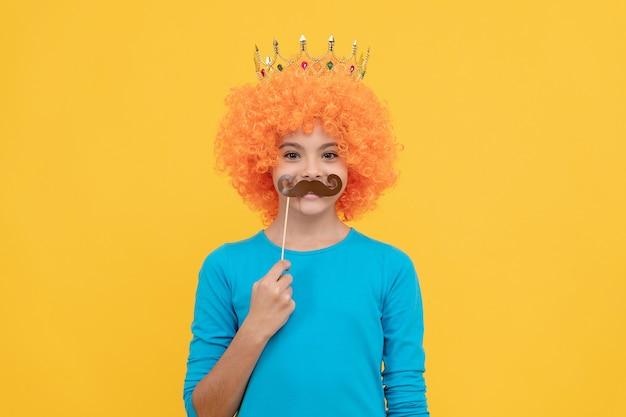 巻き毛のかつらと王女の王女の陽気なわがままな子の女の子は、パーティーの口ひげ、パーティーを着用します。