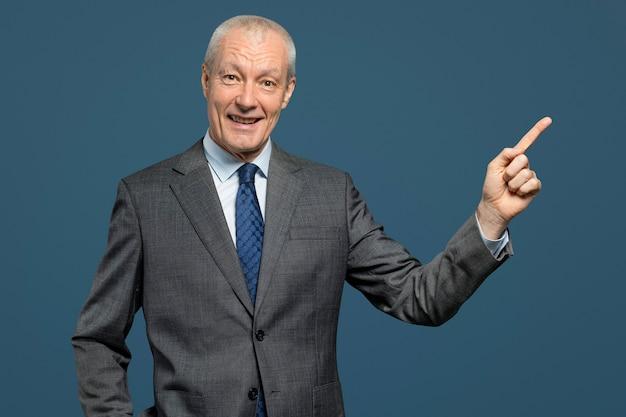 スーツの肖像画の陽気なシニアビジネスマン