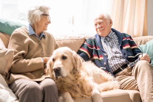 陽気な年配のカップルが自宅で