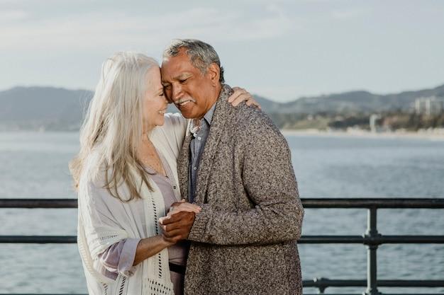 サンタモニカピアで踊る陽気な年配のカップル