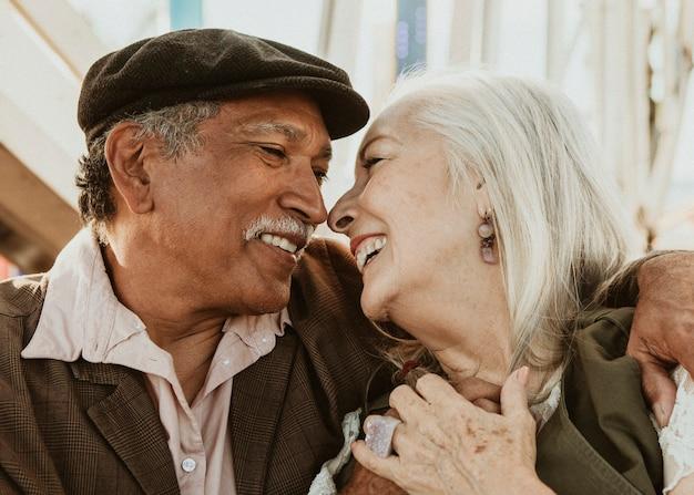 サンタモニカの桟橋で観覧車を楽しんでいる陽気な年配のカップル