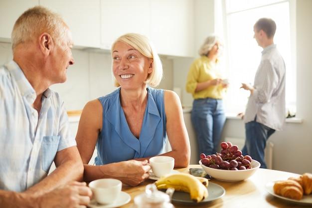 Веселая пара старших, глядя друг на друга
