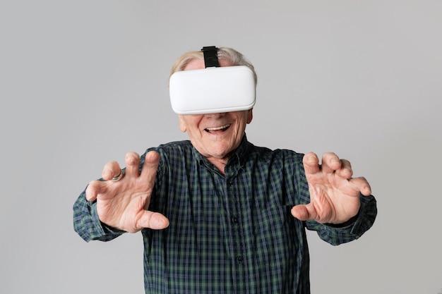 Веселый старший мужчина в очках виртуальной реальности