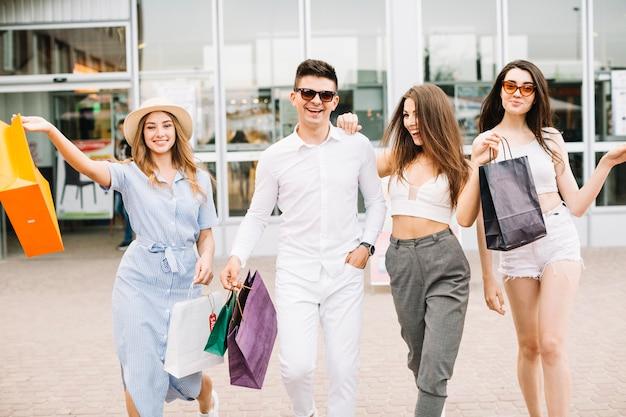 Веселые покупатели с покупками