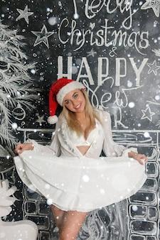 クリスマスと壁の背景に陽気な笑顔の女の子