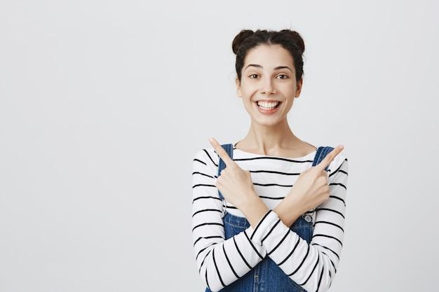 陽気な笑顔の女性が横向き、両方の製品をお勧めします