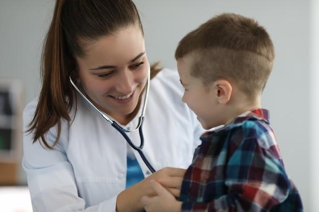 Веселый специалист разговаривает с ребенком
