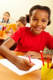 Веселый студент рисунок в своей записной книжке