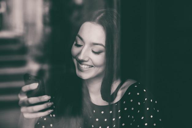 그녀의 휴대 전화를 사용 하여 명랑 한 학생