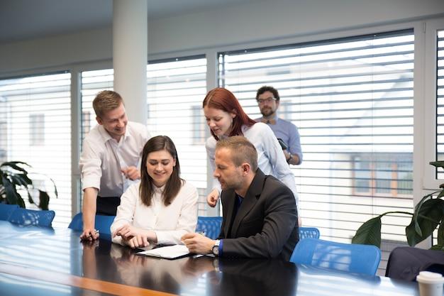 Веселая команда в офисе