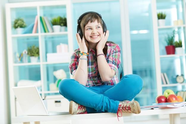 Веселый подросток прослушивания музыки