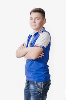 흰색 표면에 파란색 셔츠에 밝은 청소년