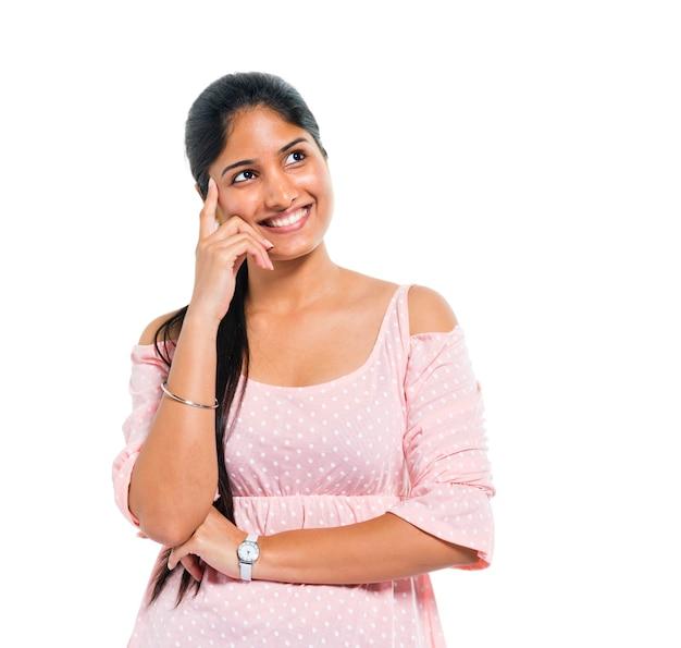 Una donna indiana allegra e pensante