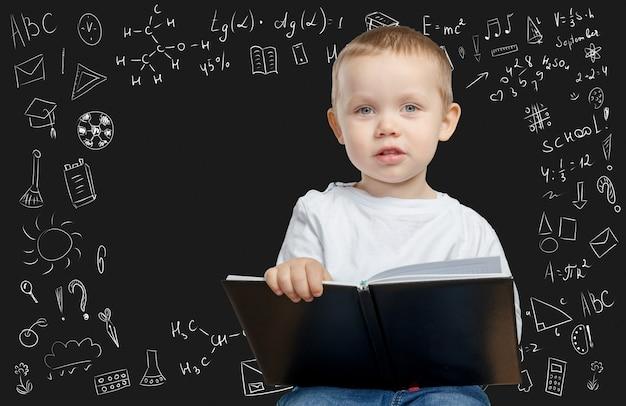 陽気な思いやりのある学校の男の子、学校の概念に戻る