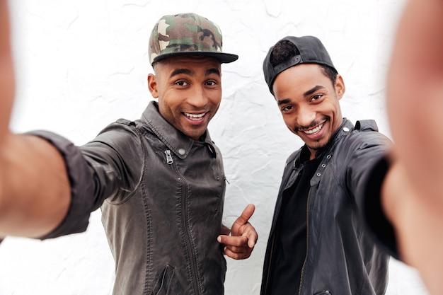 陽気な2人の若いアフリカ人男性の友人