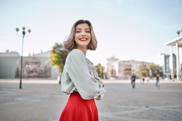 쾌활 한 여자 매력적인 모습 붉은 입술 공원 라이프 스타일에서 도보