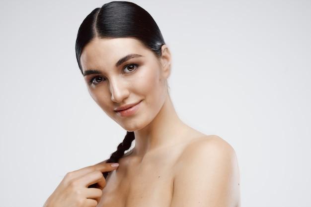 陽気な女性の裸の肩は肌の魅力的なファッションをクリアします