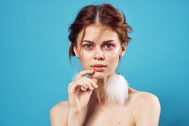 陽気な女性裸の肩ふわふわイヤリングチャームファッションクローズアップ