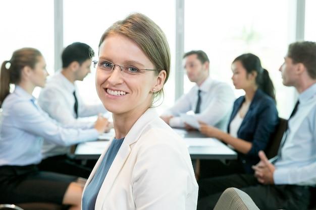 Веселая женщина, являющаяся частью делового сообщества