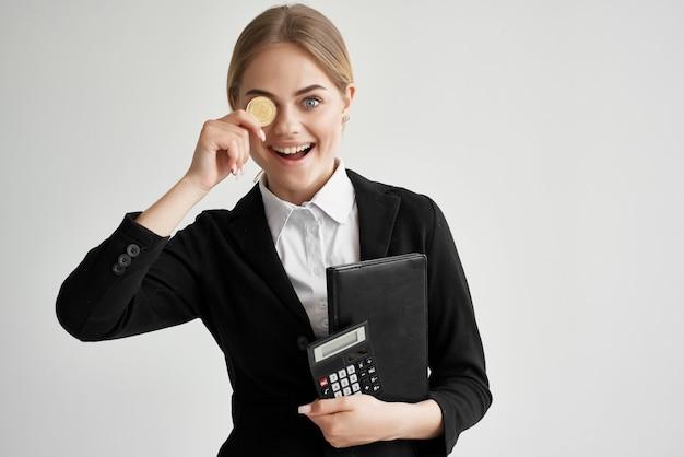 手で隔離された背景の陽気な女性ビットコイン暗号通貨。高品質の写真