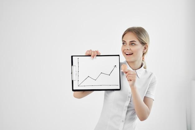 Веселая женщина биткойн-криптовалюта в руках технологий. фото высокого качества