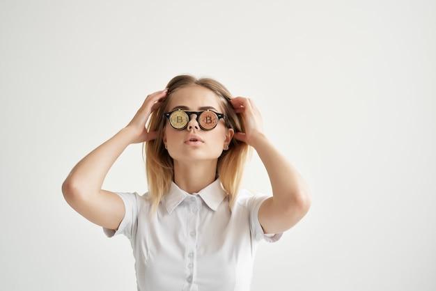 쾌활한 여자 bitcoin 안경 광산 기술. 고품질 사진