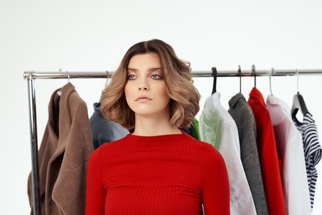 Веселая женщина вешалка для одежды комод мода интерьер весело розничная студия образ жизни
