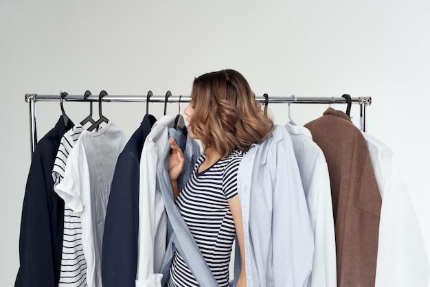 Веселая женщина вешалка для одежды комод модный интерьер студия стиль жизни