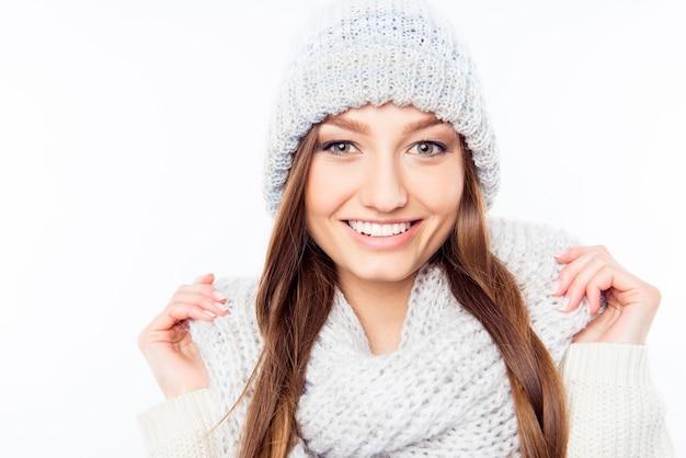 暖かい帽子とスカーフの陽気な女性の服、クローズアップ写真