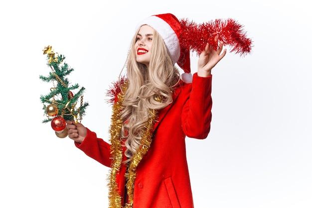 陽気な女性の装飾クリスマスツリーの休日の明るい背景