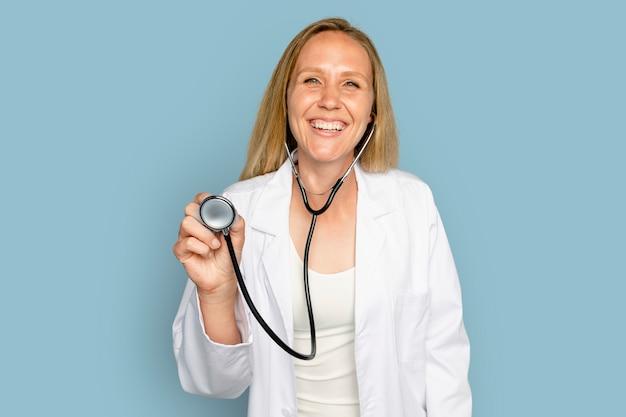 Medico allegro della donna che per mezzo dello stetoscopio