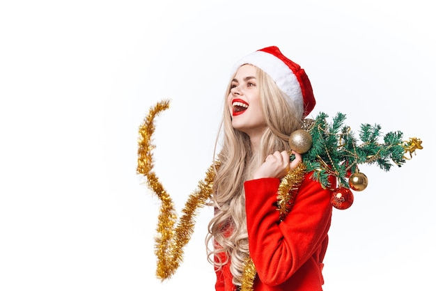 サンタのクリスマスツリーのおもちゃのライフスタイルファッションに扮した陽気な女性