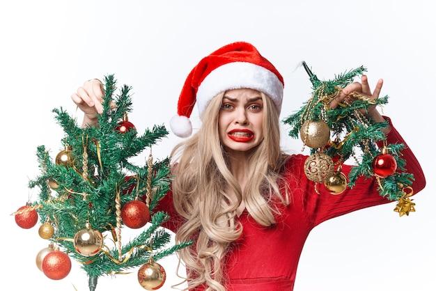 サンタクロースのおもちゃの感情の贈り物のクリスマスに扮した陽気な女性