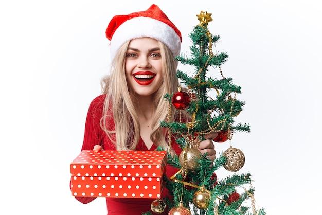 サンタの贈り物の感情のクリスマス休暇に扮した陽気な女性