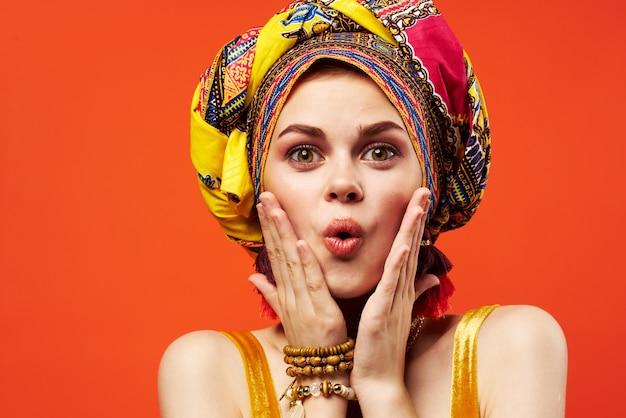 쾌활한 여자 민족 여러 가지 빛깔의 headscarf 메이크업 매력적인 고립 된 배경입니다. 고품질 사진