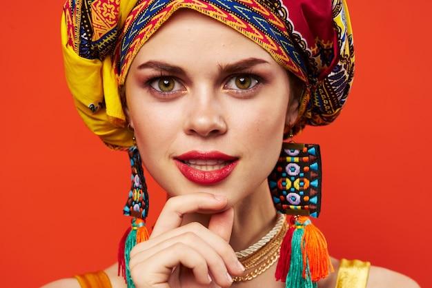 쾌활한 여자 민족 여러 가지 빛깔의 머리 스카프 메이크업 매력적인 스튜디오 모델