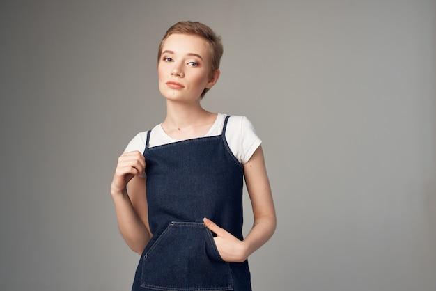陽気な女性のファッションの服の魅力的な外観の明るい背景