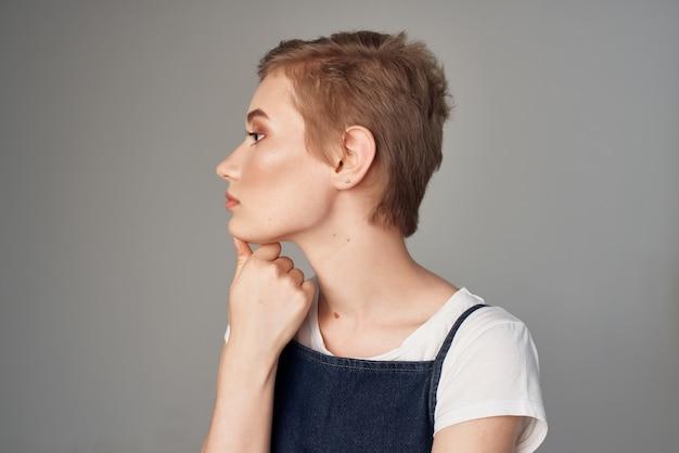 陽気な女性のファッション服魅力的な外観のスタジオライフスタイル