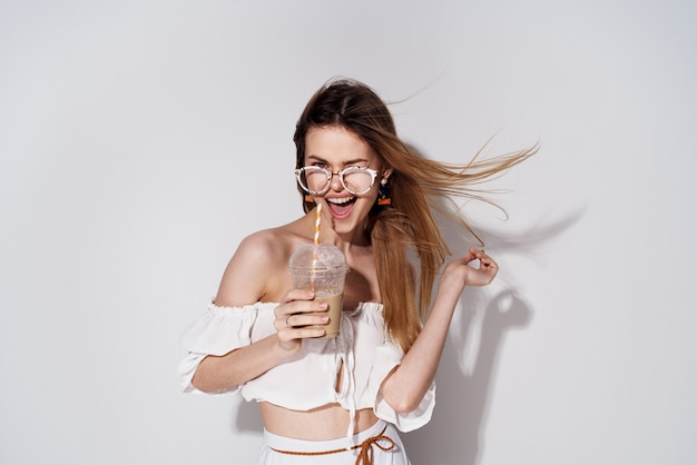 Веселая женщина модное украшение очарование весело бокал с напитком